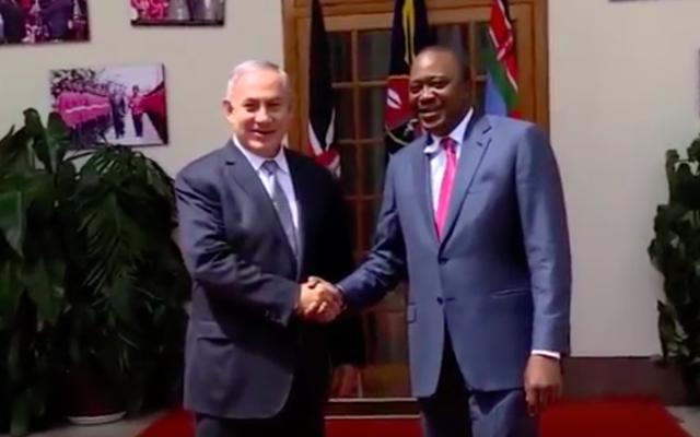 Benjamin Netanyahu et le président du Kénya Uhuru Kenyattan, le 5 juillet 2016 à Nairobii (Crédit : capture d'écran YouTube)