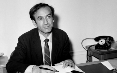 """Elie Wiesel à Paris après avoir reçu le prix littéraire français Médicis pour son roman """"Le Mendiant de Jérusalem,"""" le 26 novembre 1968. (Crédit : AFP / Getty Images)"""