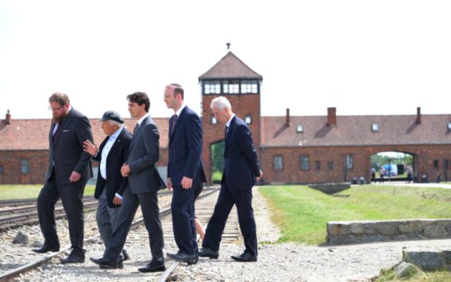 Justin Trudeau (le 3e) au camp de la mort d'Auschwitz, le 10 juillet 2016 (Crédit : Autorisation Pawel Sawicki, Auschwitz Memorial)