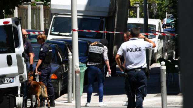 Des policiers et gendarmes français se tiennent à côté d'un camion dans une rue de Nice le 15 Juillet 2016, à proximité du domicile où le terroriste aurait vécu. (Crédit : AFP/Anne-Christine Poujoulat)