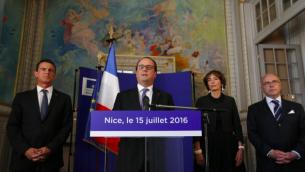 Le président français François Hollande (2e g) est avec le Premier ministre Manuel Valls (g), le ministre de l'Intérieur Bernard Cazeneuve (d) et la ministre de la Santé Marisol Touraine (2e d) lors d'une conférence de presse au Palais Préfectoral à Nice le 15 juillet 2016. (Crédit : AFP / POOL / ERIC GAILLARD)