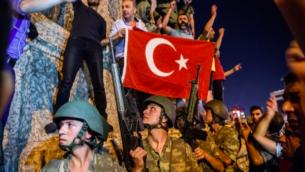 Manifestation contre la tentative de coup d'état en Turquie sur la place Taksim d'Istanbul, le 16 juillet 2016. (Crédit : Ozan Kose/AFP)