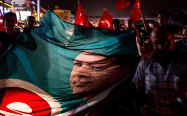 Soutiens du président turc sur la place Taksim, le 15 juillet 2016 (Crédit : Chris McGrath / Getty Images / AFP)