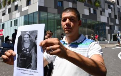 Un homme tient une affiche de personne disparue à l'extérieur de l'hôpital Pasteur, dans la ville de la riviera française de Nice le 16 juillet 2016. (Crédit : AFP / ANNE-CHRISTINE POUJOULAT)
