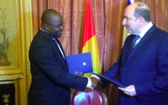 Ibrahim Khalil et Dore Gold (d) à Paris lors d'une signature marquant la reprise des relations entre la Guinée et Israël (Crédit : MFA)