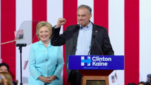 La candidate démocrate Hillary Clinton, à gauche, et son colistier, le sénateur Tim Kaine (D-Virginie) à un meeting de campagne à l'Université internationale de Floride Panther Arena le 23 juillet 2016 à Miami, en Floride. (Crédit : Gustavo Caballero / Getty Images / AFP)