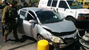 La voiture d'un couple israélien après avoir été touchée par un véhicule conduit par une Palestinienne, dans une possible attaque terroriste à la voiture bélier à l'entrée de Kiryat Arba, en Cisjordanie, le 24 juin 2016. (Crédit : Magen David Adom)