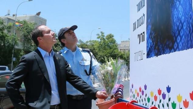 Le maire de JérusalemNir Barkat et me commandant de la police de district de Jérusalem Yoram Halevi déposent des gerbes de fleurs à l'endroit où Shira Banki a été assassinée, quelques heures avant le début de la parade de la Gay pride, le 21 juillet 2016 (Crédit : Arnan Busani)