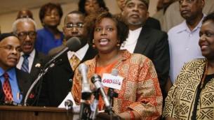 Cynthia McKinney parlant à la presse en 2006 (Crédit : Wikimedia)