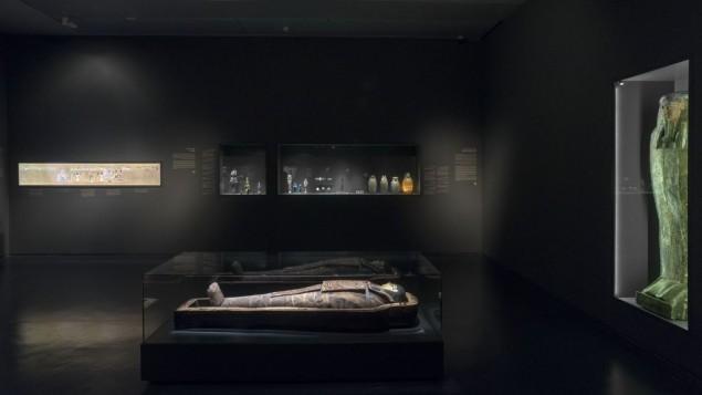 """La momie d'Iret-hor-iru dans la nouvelle exposition du musée d'Israël : """"Une momie à Jérusalem : secrets de l'au-delà"""". (Crédit : Eli Posner/musée d'Israël)"""