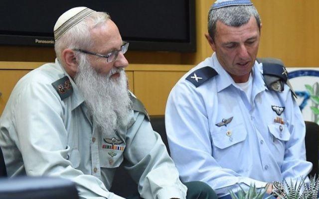 Le colonel et rabbin Eyal Karim (à gauche), nommé pour être le prochain grand rabbin de l'armée israélienne, et son prédécesseur, le général de brigade Rafi Peretz, le 21 avril 2016. (Crédit : ministère de la Défense/Diana Khananashvili)