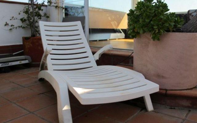 Une chaise longue produite par Keter Plastics. (Crédit : domaine public/WikiCommons)