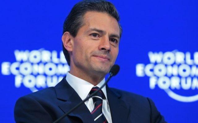 Enrique Pena Nieto, président du Mexique, au cours d'une table ronde au Forum économique mondial de Davos, en Suisse, le 22 janvier 2016. ( Crédit : Jason Alden/Bloomberg via JTA)