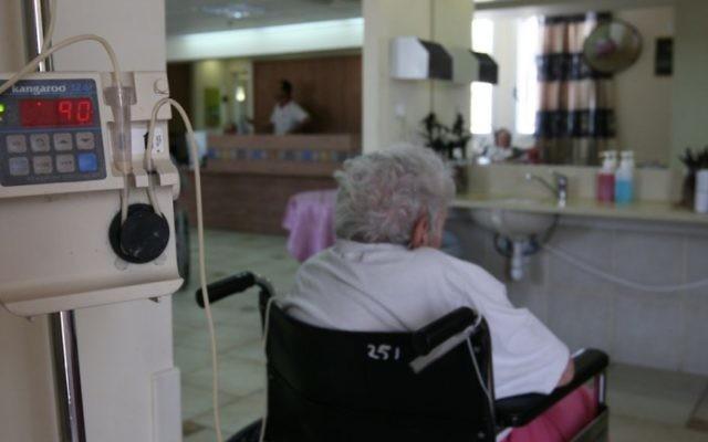 Une Israélienne dans une maison de retraite de Jérusalem. Illustration. (Crédit : Anna Kaplan/Flash90)