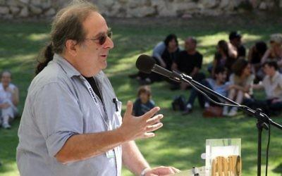 Le critique cinématographique Gidi Orsher, désormais suspendu de la radio de l'armée, en 2009 (Crédit : Matanya Tausig/Flash90)