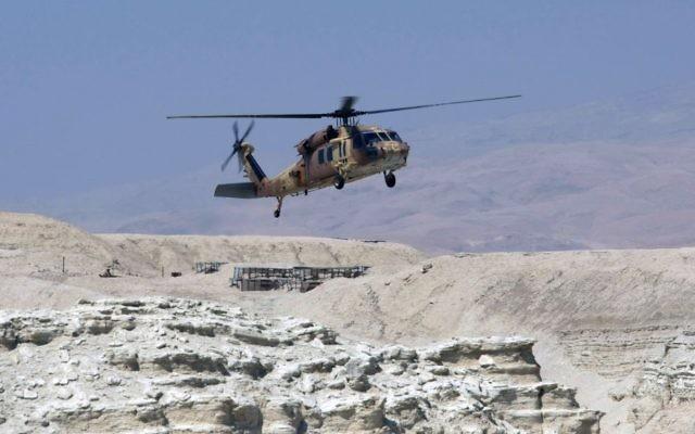 Un hélicoptère Sikorsky Blackhawk atterrit dans le désert de Judée, (Crédit : Kobi Gideon / Flash90)