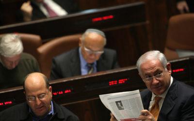 Le Premier Benjamin Netanyahu lit le journal à la Knesset, le 6 janvier 2010. (Crédit : Kobi Gideon/Flash90)