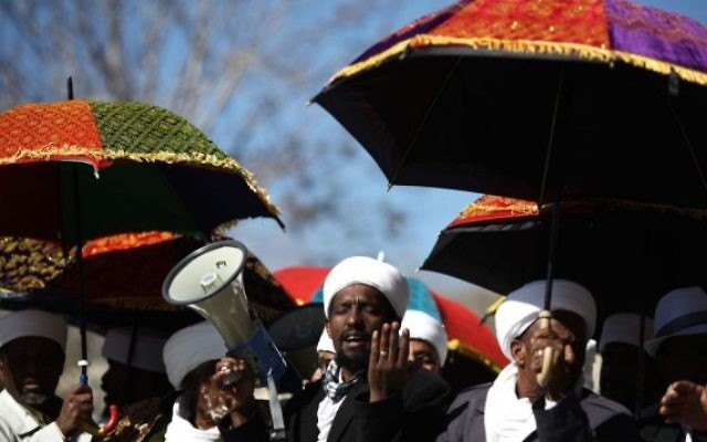 Les dirigeants religieux de la communauté israélo-éthiopienne manifestent contre le refus de les reconnaitre officiellement en tant qu'autorités religieuses, à Jérusalem, le 4 décembre 2011. (Crédit : Kobi Gideon/Flash90)