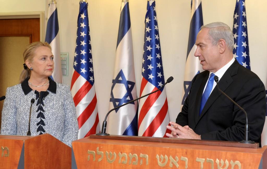 Hillary Clinton, qui était alors secrétaire d'Etat des Etats-Unis, s'adresse à la presse avec le Premier ministre Benjamin Netanyahu à Jérusalem, le 20 novembre 2012 (Crédit : Avi Ohayon/ GPO/Flash90)