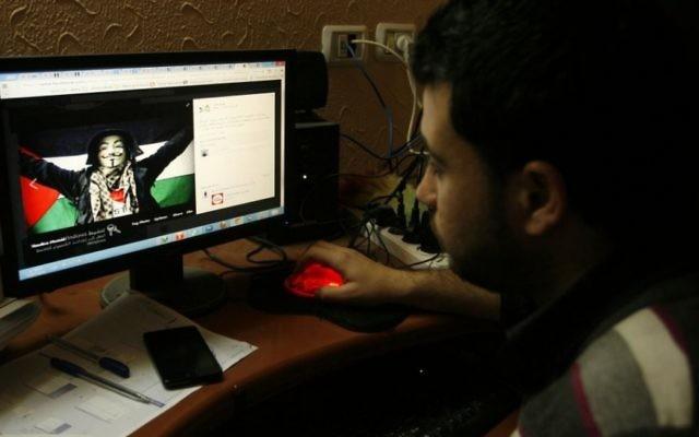 IIllustration : Un Gazaoui regarde un post pro-palestinien publié sur Facebook, le 7 avril 2013  (Crédit : Abed Rahim Khatib/Flash90)