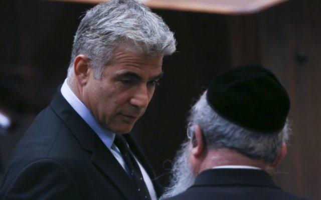 Le président du parti Yesh Atid, Yair Lapid (à gauche) avec Menachem Eliezer Mozes, député de Yahadout HaTorah, à la Knesset, le 8 juillet 2013. (Crédit : Yonatan Sindel/Flash90)