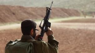 Soldat israélien avec une arme. Illustration. (Crédit : Yaakov Naumi/Flash90)