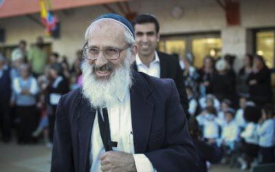 Le rabbin Shlomo Aviner, un des auteurs de la lettre condamnant l'homosexualité et la Gay Pride, pendant l'inauguration d'un jardin d'enfants dans l'implantation de Beit El, en Cisjordanie, le 26 mars 2014. (Crédit : Hadas Parush/Flash90)