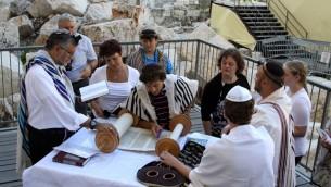 La section préparée pour la prière pour les Femmes du mur par l'Arche de Robinson dans la vieille ville de Jérusalem, est ouverte aussi bien aux hommes qu'aux femmes juifs pour qu'ils prient ensemble, le 17 juillet 2014 (Crédit : Gershon Elinson/Flash90)