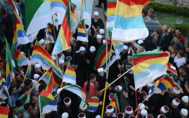 Des druzes israéliens de Majdal Shams manifestent pour soutenir leurs frères druzes syriens, dans le nord d'Israël, le 15 juin 2015. (Crédit : Jule Gamal/Flash90)