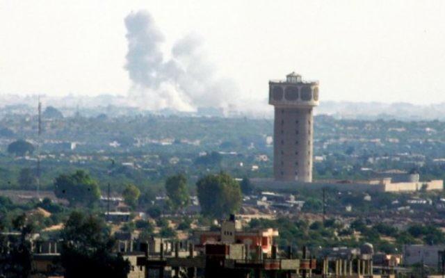 De la fumée s'élève après une frappe aérienne à Rafah, ville du Sinaï, vue depuis la bande de Gaza, le 1er juillet 2015. (Crédit : Abed Rahim Khatib/Flash90)