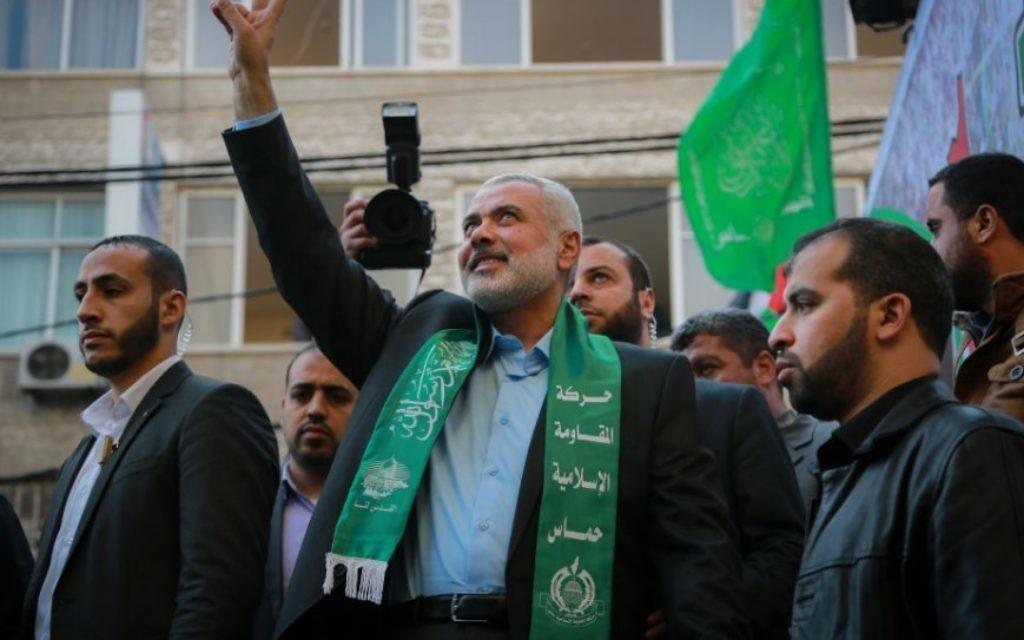 Le chef du Hamas Ismail Haniyeh salue la foule lors d'un rassemblement marquant le 28e anniversaire de la création du Hamas, à Gaza Ville, le 14 décembre 2015. (Crédit : Emad Nassar/Flash90)