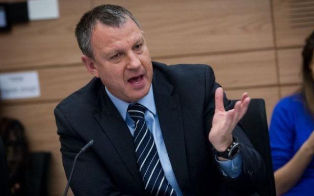 Erel Margalit, député de l'Union sioniste, pendant une réunion de la commission des Finances à la Knesset, le 11 janvier 2016. (Crédit : Miriam Alster/Flash90)