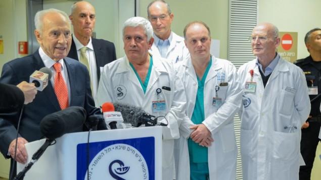 L'ancien président Shimon Peres s'adresse aux médias à sa sortie du centre médical Sheba, à Ramat Gan le 19 janvier 2016 (Crédit : Flash90)