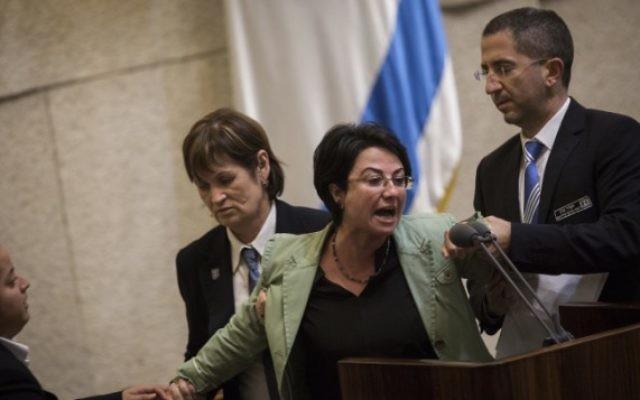 La députée de la Liste arabe unie Hanin Zoabi est expulsée pendant son discours devant la plénière de la Knesset par la sécurité, le 8 février 2016. (Crédit : Hadas Parush/Flash90)