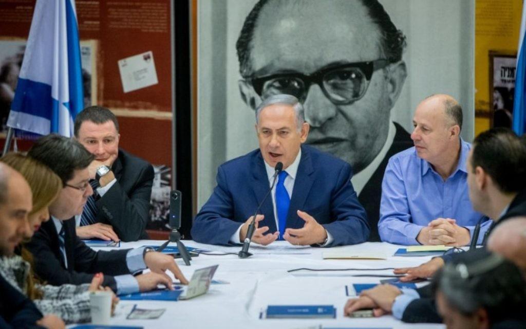 Benjamin Netanyahu, au centre, préside une réunion du Likud devant une immense photographie de Menachem Begin, au Centre de l'héritage de Begin à Jérusalem, le 14 mars 2016. (Crédit : Yonatan Sindel/Flash90)