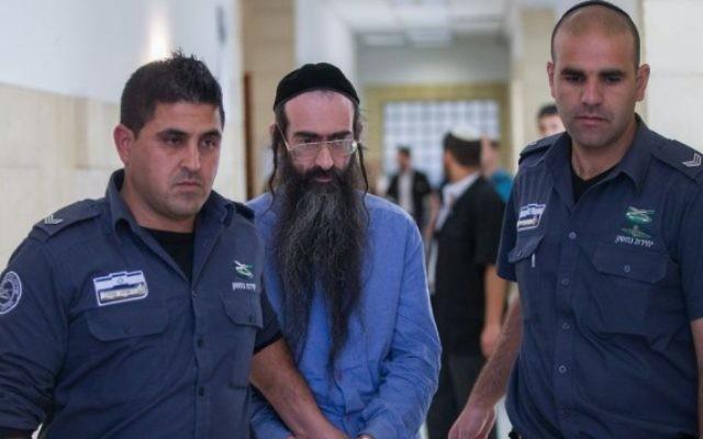Yishai Schlissel, au centre, sort de la salle d'audience de la Cour du district de Jérusalem, le 19 avril 2016. (Crédit : Yonatan Sindel/Flash90)