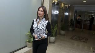 La députée Revital Swid (Union sioniste) arrive à une réunion du comité de nomination des juges rabbiniques à Jérusalem, le 2 mai 2016 (Crédit : Shlomi Cohen/Flash90)