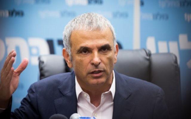 Moshe Kahlon, ministre des Finances et président de Koulanou, pendant une réunion de son parti à la Knesset, le 23 mai 2016. (Crédit : Miriam Alster/Flash90)