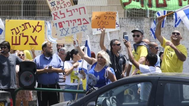 Des activistes d'extrême droite protestent devant le tribunal où Elor Azaria est entendu, à Jaffa, le 1er juin 2016 (Crédit : Flash90)