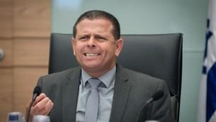 Le président de la commission des affaires économiques, le député Eitan Cabel (Union sioniste), à la Knesset, le 16 juin 2016. (Crédit : Miriam Alster/Flash90)