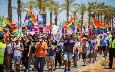 Des centaines de personnes ont participé à la Gay pride annuelle de la ville du sur d'Israël d'Ashdod le 17 juin 2016 (Crédit : Flash90)