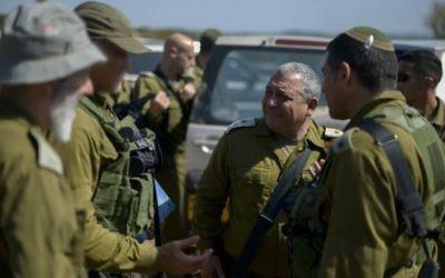 Gadi Eizenkot, chef d'Etat-major de l'armée israélienne, rend visite aux troupes pendant un exercice, le 22 juin 2016. (Crédit : Yahav Trudler/porte-parole de l'armée israélienne/Flash90)