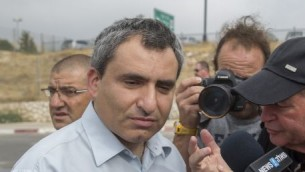 Zeev Elkin, ministre des Affaires de Jérusalem, parle avec les parents du soldat mort au combat Oron Shaul, devant les bureaux du Premier ministre à Jérusalem, le 29 juin 2016. (Crédit : Yonatan Sindel/Flash90)