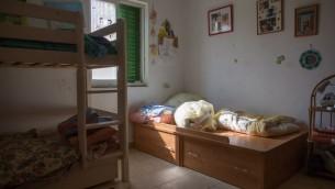 La chambre d'Hallel Yaffa Ariel, 13 ans, poignardée à mort dans son lit pendant une attaque terroriste dans l'implantation juive de Kiryat Arba, en Cisjordanie, le 30 juin 2016. (Crédit : Yonatan Sindel/Flash90)