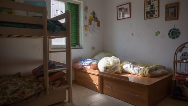 La chambre de Hallel Yaffa Ariel, 13 ans, qui a été poignardée à mort dans une attaque terroriste dans l'implantation juive de Kiryat Arba, en Cisjordanie, le 30 juin 2016 (Crédit : Yonatan Sindel/Flash90)