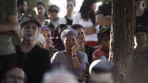 Les amis et les membres de la famille de Hallel Yaffa Ariel pleurent à l'éloge funèbre dans l'implantation juive de Kiryat Arba, en Cisjordanie, le 30 juin 2016. (Crédit photo: Yonatan Sindel / Flash90)