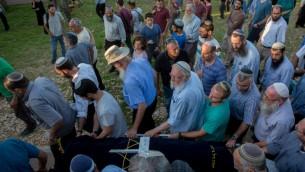 Amis et membres de la famille de Hallel Yaffa Ariel portent son corps lors de son cortège funèbre dans l'implantation juive de Kiryat Arba, en Cisjordanie, le 30 juin 2016. (Crédit photo: Yonatan Sindel / Flash90)