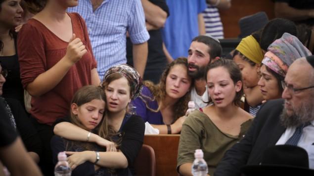Les enfants du rabbin Miri Mark pendant la cérémonie funéraire à la yeshiva d'Otniel qu'il dirigeait, le 3 juillet 2016. (Crédit : Hadas Parush/Flash90)