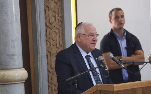 Le président Reuven Rivlin pendant le service funéraire du rabbin Miki Mark, assassiné dans une attaque terroriste près de Hébron, à la yeshiva d'Otniel que le rabbin dirigeait, le 3 juillet 2016. (Crédit : Hadas Parush/Flash90)