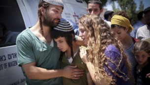 Les enfants du rabbin Miki Mark pendant le service funéraire à la yeshiva d'Otniel, qui était dirigée par leur père, le 3 juillet 2016. (Crédit : Hadas Parush/Flash90)